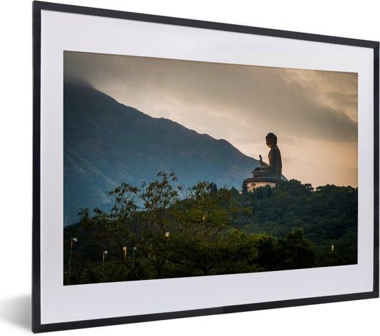 Foto in lijst - Zijaanzicht van de Tian Tan Boeddha tijdens zonsondergang fotolijst zwart met witte passe-partout klein 40x30 cm - Poster in lijst (Wanddecoratie woonkamer / slaapkamer)