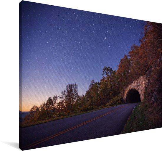De Blue Ridge Parkway in Noord-Amerika die leidt naar een tunnel Canvas 180x120 cm - Foto print op Canvas schilderij (Wanddecoratie woonkamer / slaapkamer) XXL / Groot formaat!