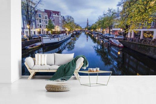 Fotobehang vinyl - De Prinsengracht tijdens schemering breedte 535 cm x hoogte 300 cm - Foto print op behang (in 7 formaten beschikbaar)