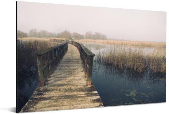 Houten voetgangersbrug in het Spaanse Nationaal park Tablas de Daimiel Aluminium 60x40 cm - Foto print op Aluminium (metaal wanddecoratie)