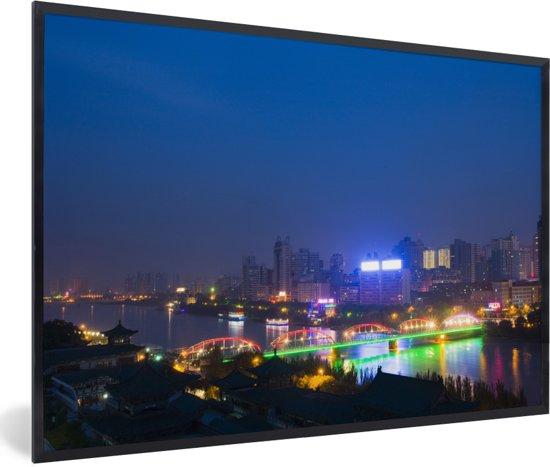 Foto in lijst - Neon lichten reflecteren in de gele rivier bij het Chinese Lanzhou fotolijst zwart 60x40 cm - Poster in lijst (Wanddecoratie woonkamer / slaapkamer)