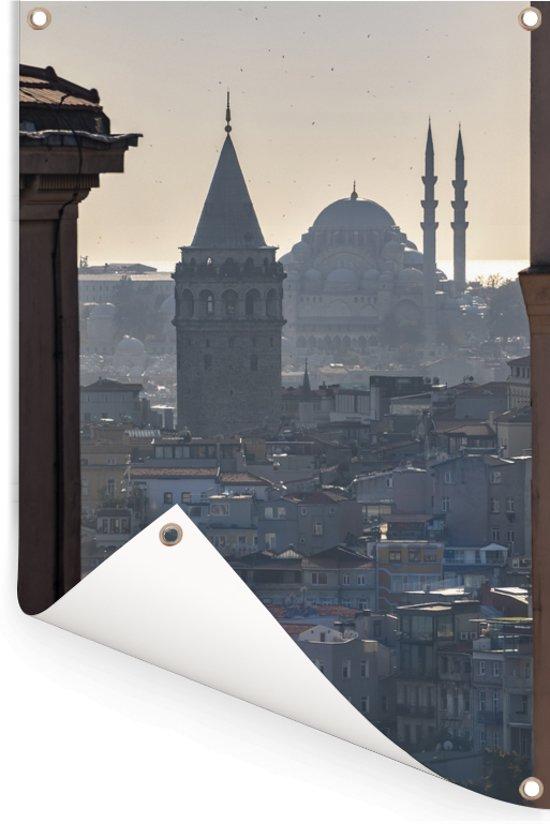 Istanbul door de gebouwen heen Tuinposter 80x120 cm - Tuindoek / Buitencanvas / Schilderijen voor buiten (tuin decoratie)