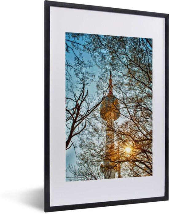 Foto in lijst - Namsan N Tower met zonnestralen door de bomen in Seoul fotolijst zwart met witte passe-partout 40x60 cm - Poster in lijst (Wanddecoratie woonkamer / slaapkamer)