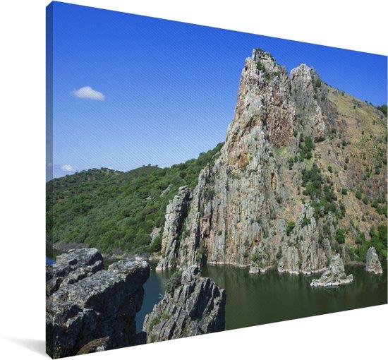 Scherpe rots in het Spaanse Nationaal park Monfragüe Canvas 90x60 cm - Foto print op Canvas schilderij (Wanddecoratie woonkamer / slaapkamer)