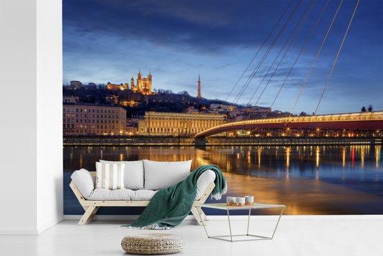 Fotobehang vinyl - Verlichting van de brug in de Franse stad Lyon breedte 330 cm x hoogte 220 cm - Foto print op behang (in 7 formaten beschikbaar)