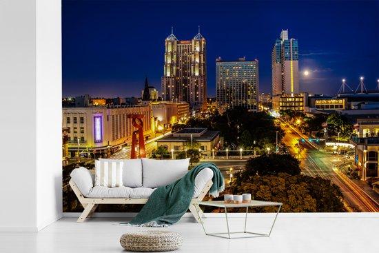 Fotobehang vinyl - Uitzicht op het verlichte San Antonio in de Verenigde Staten breedte 330 cm x hoogte 220 cm - Foto print op behang (in 7 formaten beschikbaar)