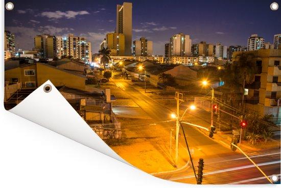 De verlichtte straten van de Braziliaanse hoofdstad Brasília Tuinposter 90x60 cm - Tuindoek / Buitencanvas / Schilderijen voor buiten (tuin decoratie)