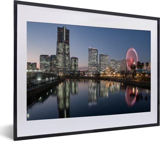 Foto in lijst - Skyline met rood gekleurd reuzenrad in Yokohama fotolijst zwart met witte passe-partout klein 40x30 cm - Poster in lijst (Wanddecoratie woonkamer / slaapkamer)