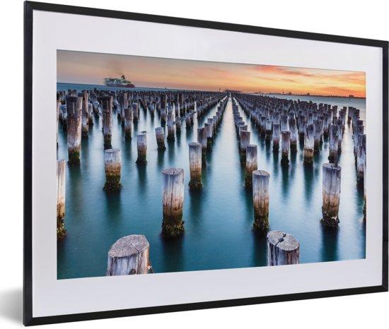 Foto in lijst - Princes Pier in Melbourne in Australië fotolijst zwart met witte passe-partout 60x40 cm - Poster in lijst (Wanddecoratie woonkamer / slaapkamer)