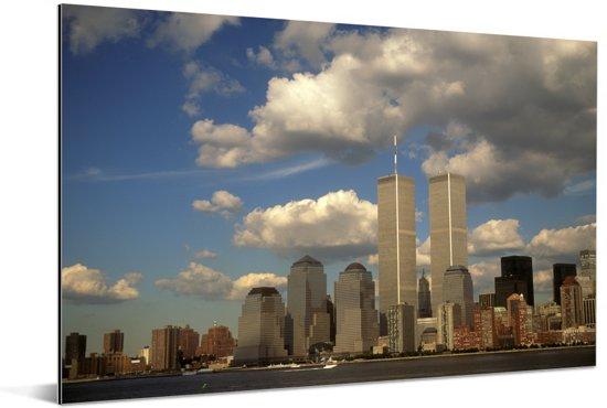 Wolken omringen het World trade center in New York Aluminium 60x40 cm - Foto print op Aluminium (metaal wanddecoratie)