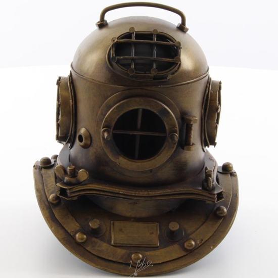 Klein formaat oude helm voor duiker