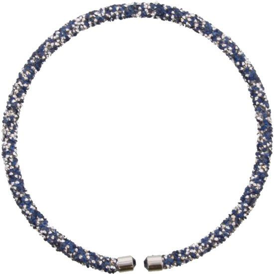 Ketting die kort in de hals gedragen wordt met blauwe en zilveren kristallen.
