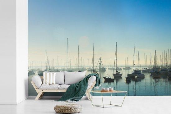 Fotobehang vinyl - Boten in de haven van Montevideo in Zuid-Amerika breedte 360 cm x hoogte 240 cm - Foto print op behang (in 7 formaten beschikbaar)
