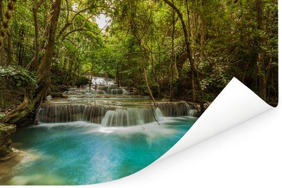 Groene bomen en blauw water bij een waterval in het Nationaal park Erawan Poster 180x120 cm - Foto print op Poster (wanddecoratie woonkamer / slaapkamer) XXL / Groot formaat!