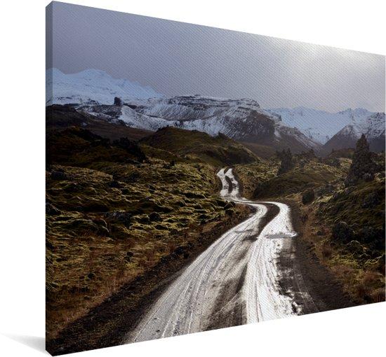 Weg door het lavaveld in Beserkjahraun in IJsland Canvas 60x40 cm - Foto print op Canvas schilderij (Wanddecoratie woonkamer / slaapkamer)