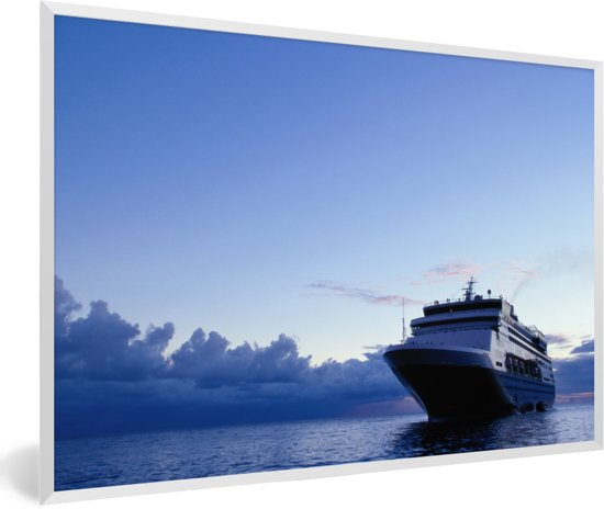 Foto in lijst - Een cruiseschip tijdens schemering fotolijst wit 60x40 cm - Poster in lijst (Wanddecoratie woonkamer / slaapkamer)