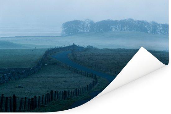 Landweg in het mistige Nationaal park Yorkshire Dales in Engeland Poster 60x40 cm - Foto print op Poster (wanddecoratie woonkamer / slaapkamer)