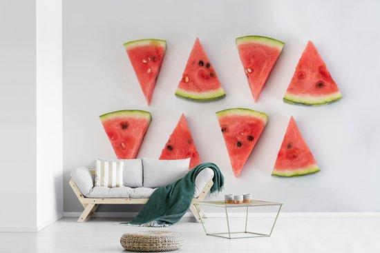 Fotobehang vinyl - Wisselende stukjes van watermeloen op een witte achtergrond breedte 540 cm x hoogte 360 cm - Foto print op behang (in 7 formaten beschikbaar)