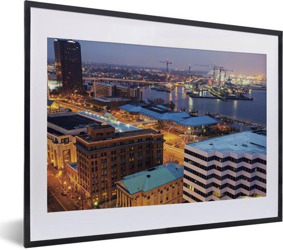 Foto in lijst - Stadslandschap van Norfolk in de Verenigde Staten in de nacht fotolijst zwart met witte passe-partout klein 40x30 cm - Poster in lijst (Wanddecoratie woonkamer / slaapkamer)