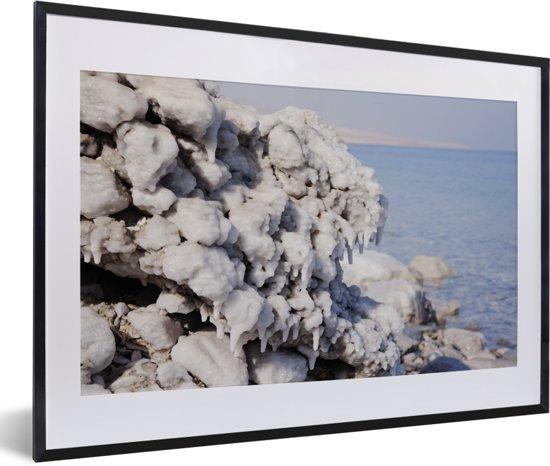 Foto in lijst - Zoutkristallen op de oever van de Dode Zee in het Midden-Oosten fotolijst zwart met witte passe-partout 60x40 cm - Poster in lijst (Wanddecoratie woonkamer / slaapkamer)