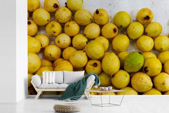 Fotobehang vinyl - Guave fruit op markt in Mexico en de gele tinten breedte 420 cm x hoogte 280 cm - Foto print op behang (in 7 formaten beschikbaar)