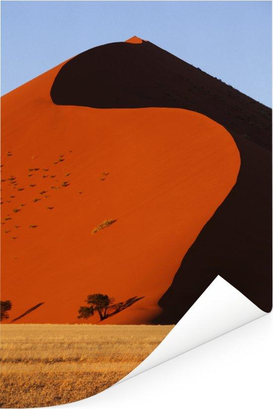 Een zandduin in de buurt van de klei-vallei Sossusvlei in Namibië Poster 20x30 cm - klein - Foto print op Poster (wanddecoratie woonkamer / slaapkamer)