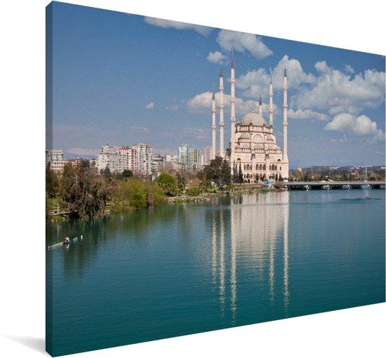 Sabanci Moskee aan de rand van helderblauw water in Adana Canvas 120x80 cm - Foto print op Canvas schilderij (Wanddecoratie woonkamer / slaapkamer)