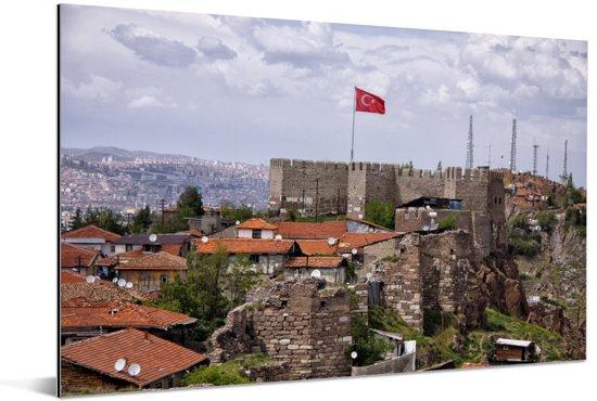De Turkse vlag wappert hoog boven de huizen van Ankara Aluminium 60x40 cm - Foto print op Aluminium (metaal wanddecoratie)