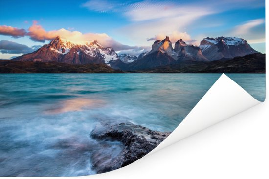 Het turquoise Pehoe meer met glooiende bergen en een heldere hemel Poster 90x60 cm - Foto print op Poster (wanddecoratie woonkamer / slaapkamer)