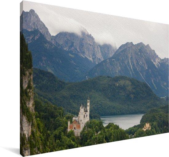 Het Beierse Slot Neuschwanstein in Duitsland omringt met water en bergen Canvas 90x60 cm - Foto print op Canvas schilderij (Wanddecoratie woonkamer / slaapkamer)