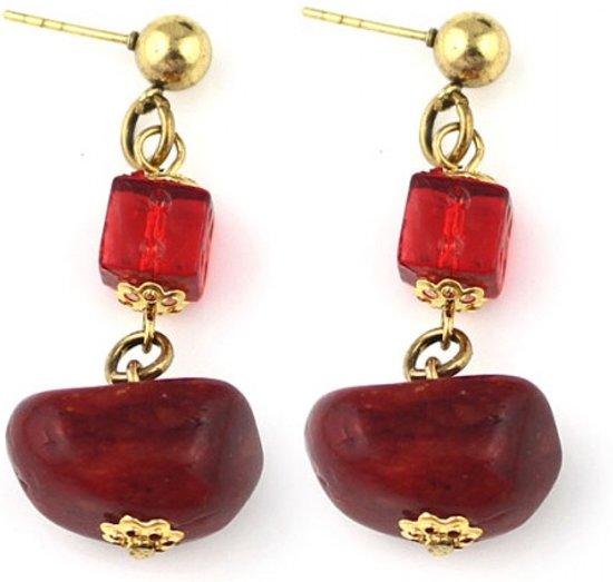 Goud metalen steek oorbellen met rode steentjes.