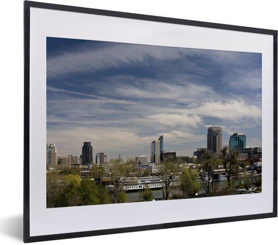 Foto in lijst - De hoge gebouwen van Sacramento in de Amerikaanse staat Californië fotolijst zwart met witte passe-partout klein 40x30 cm - Poster in lijst (Wanddecoratie woonkamer / slaapkamer)