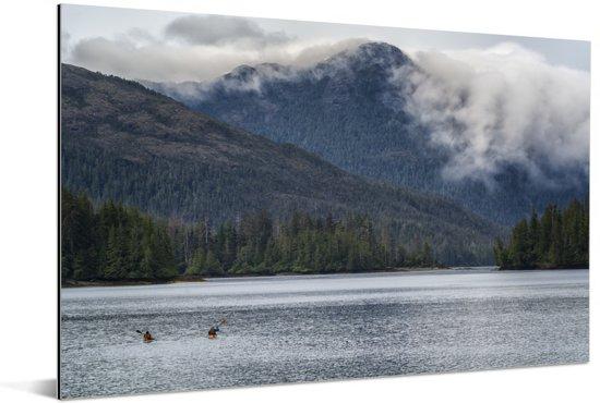 Bergen tussen de wolken op Canadese archipel Haida Gwaii Aluminium 120x80 cm - Foto print op Aluminium (metaal wanddecoratie)