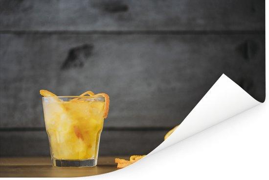 Cocktail met schil en gesneden fruit op een houten achtergrond Poster 60x40 cm - Foto print op Poster (wanddecoratie woonkamer / slaapkamer)
