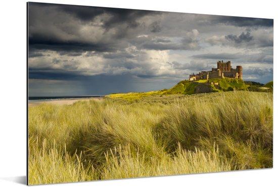 Foto van het Kasteel Bamburgh vanuit het hoge gras Aluminium 90x60 cm - Foto print op Aluminium (metaal wanddecoratie)