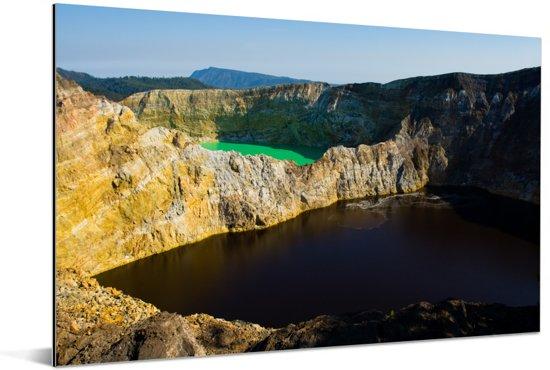 Twee verschillende kleuren kratermeren in het Nationaal Park Kelimutu Aluminium 30x20 cm - klein - Foto print op Aluminium (metaal wanddecoratie)