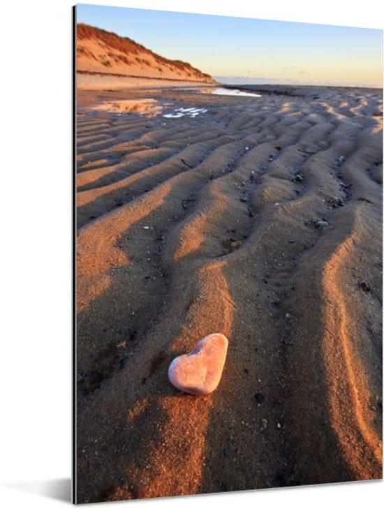 Zandvorming en een steentje in de vorm van een hart bij de Cape Cod National Seashore Aluminium 80x120 cm - Foto print op Aluminium (metaal wanddecoratie)