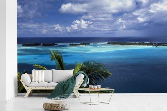 Fotobehang vinyl - Overzicht over de fantastische blauwe zee op Bora Bora breedte 405 cm x hoogte 260 cm - Foto print op behang (in 7 formaten beschikbaar)