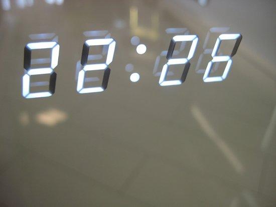 Spiegel Met Klok : Bol.com badkamer led spiegel met digitale klok en verwarming 100 cm