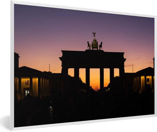 Foto in lijst - Brandenburger Tor in Europa tijdens een kleurrijke zonsondergang fotolijst wit 60x40 cm - Poster in lijst (Wanddecoratie woonkamer / slaapkamer)