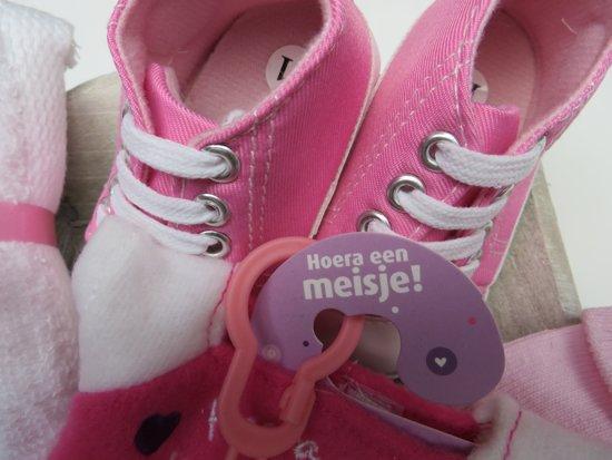 Kraam cadeau geboorte dochter meisje 8 delig met roze baby sneakers