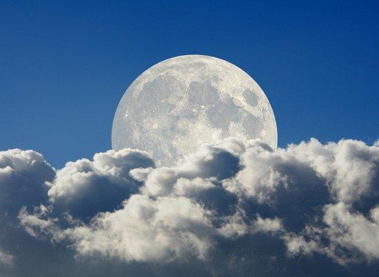Papermoon Big Moon and Clouds Vlies Fotobehang 200x149cm 4-Banen