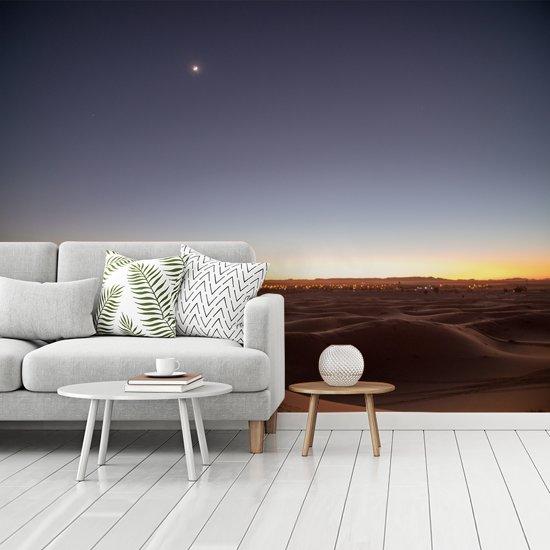 Fotobehang vinyl - Schemering boven de woestijn Erg Chebbi in Marokko breedte 350 cm x hoogte 260 cm - Foto print op behang (in 7 formaten beschikbaar)