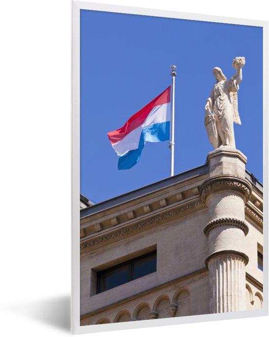 Foto in lijst - De vlag van Luxemburg op een gebouw fotolijst wit 40x60 cm - Poster in lijst (Wanddecoratie woonkamer / slaapkamer)
