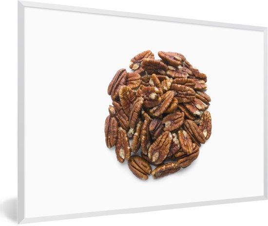Foto in lijst - Stapel van bruine pecannoten in een cirkel fotolijst wit 60x40 cm - Poster in lijst (Wanddecoratie woonkamer / slaapkamer)