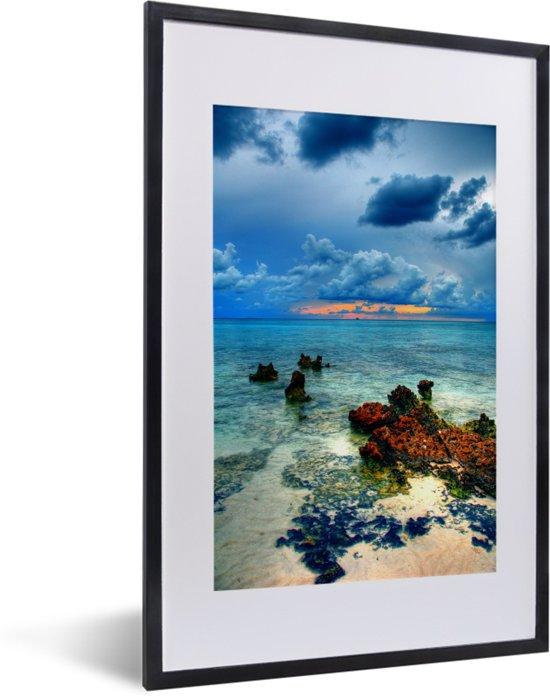 Foto in lijst - Foto vanaf de Grand Cayman met uitzicht op de zee fotolijst zwart met witte passe-partout 40x60 cm - Poster in lijst (Wanddecoratie woonkamer / slaapkamer)