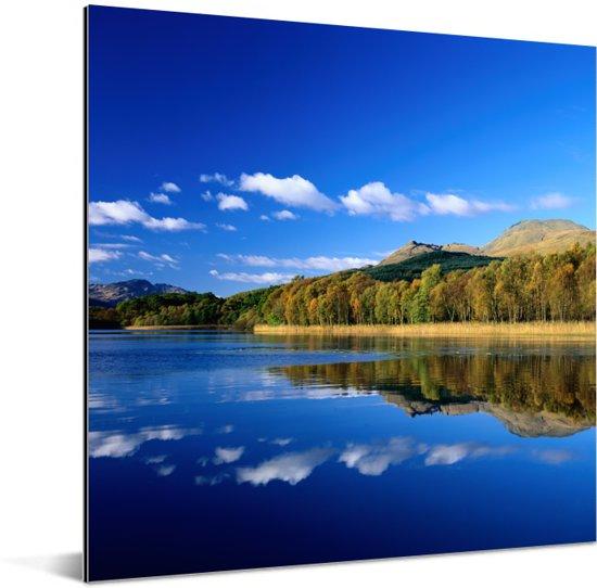 Weerspiegeling van de bergen over het meer van Loch Lomond in Schotland Aluminium 20x20 cm - klein - Foto print op Aluminium (metaal wanddecoratie)