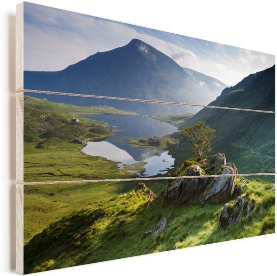 Fantastisch uitzicht over Snowdonia met mooie bergen en een mooi meer in Wales Vurenhout met planken 90x60 cm - Foto print op Hout (Wanddecoratie)