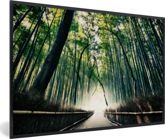 Foto in lijst - Bamboebos in Arashiyama in Japan fotolijst zwart 60x40 cm - Poster in lijst (Wanddecoratie woonkamer / slaapkamer)