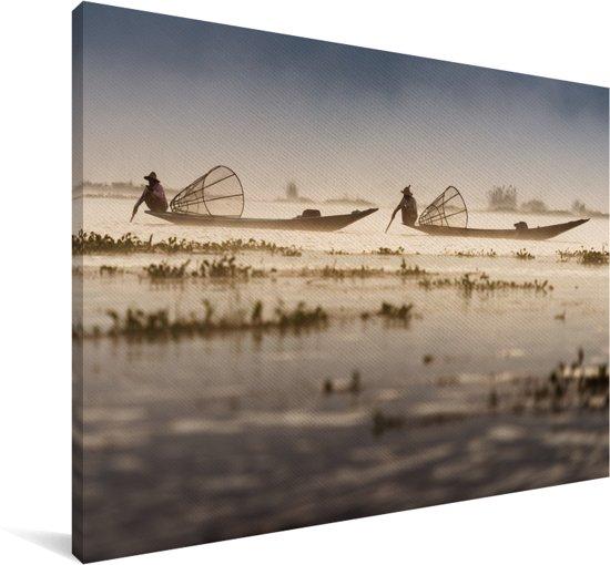 Twee lokale Intha vissers op het Inle meer in Myanmar Canvas 140x90 cm - Foto print op Canvas schilderij (Wanddecoratie woonkamer / slaapkamer)